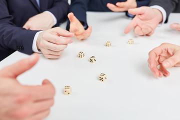 Hände auf Tisch beim Würfelspiel