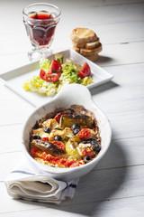 Gegrillter griechischer Feta-Käse mit Tomate