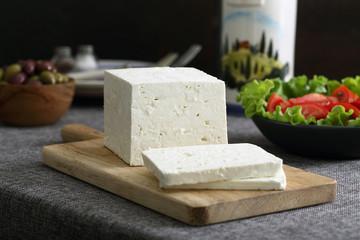 formaggio bianco su tavolo grigio