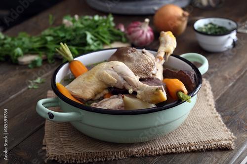 bollito di carne mista con verdure su tavolo di cucina rustico ...