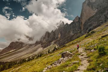 Wanderer am Fuße der Geislergruppe in den Dolomiten, Italien