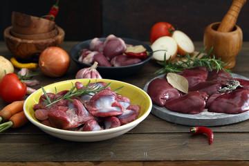 carne cruda frattaglie o interiora di pollo o tacchino