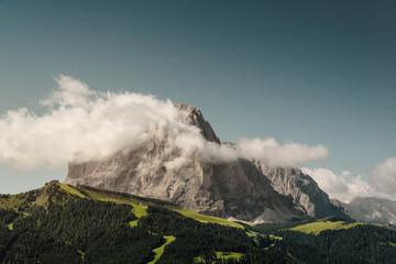 Langkofel mit Wolkenfahne in den Dolomiten, Italien