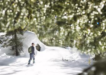 Excursion por bosque nevado / Walking through snowy forest