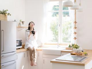 キッチン・写真を撮る女性