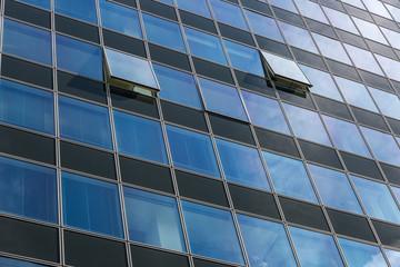 Hochhaus mit Glas und offenem Fenster