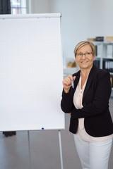 ältere geschäftsfrau hält einen vortrag im büro