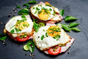Foto auf Gartenposter Eier spiegelei auf brot mit gemüse