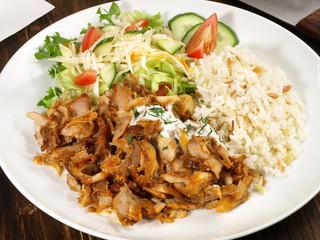 Dönerteller mit Reis und Salat