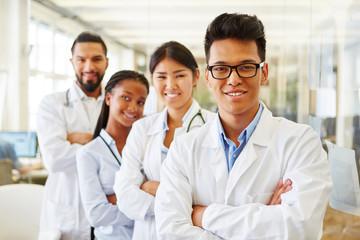 Erfolgreiche junge Ärzte und Studenten Wall mural