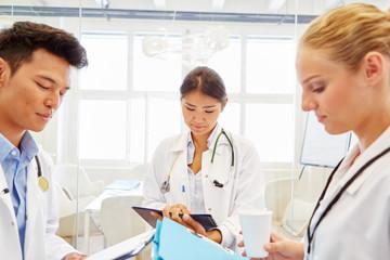 Medizin Studenten lernen in Teamwork