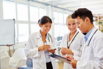 Medizin Studenten besprechen die Therapie