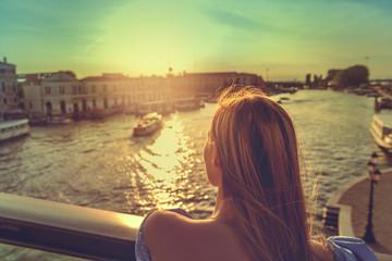 Frau macht Urlaub in Venedig