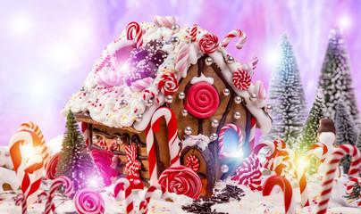 Lebkuchenhaus im Märchenwald mit roten Zuckerstangen