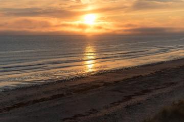 Meer mit Sonnenuntergang und Wolken