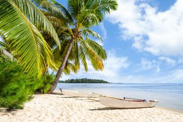 Obraz Strandurlaub am Meer mit Palmen und weißem Sandstrand - fototapety do salonu