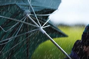 defekter Regenschirm