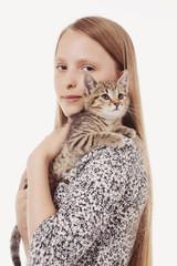fillette caressant un chaton tigré