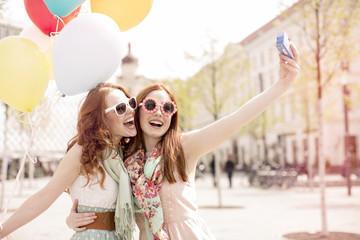 Frauen machen ein Selfie