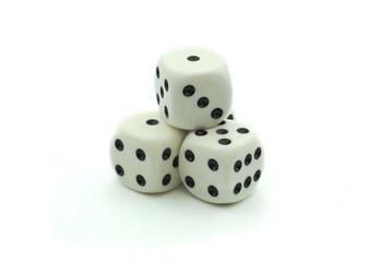 Jeux de hasard, dés blanc isolés sur fond blanc.