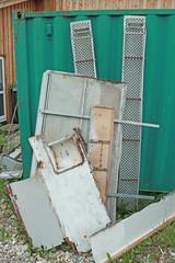 Schrott gegen einen Container gelehnt zum Recycling