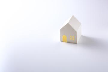 白背景に白い紙の家