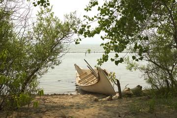 Canoa en el lago