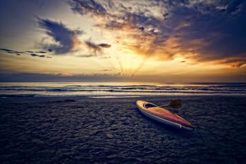 alba su spiaggia adriatica con canoa