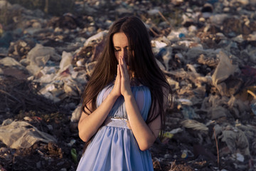 Girl on the trash to pray in silence