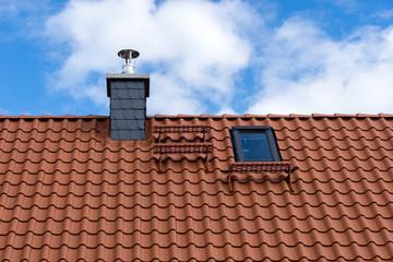 Dach mit Dachziegeln, Schornstein und Dachfenster