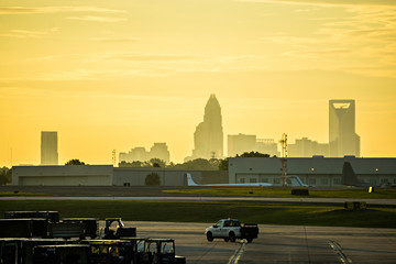 Fotomurales - sun rising early morning over charlotte skyline seen from clt airport