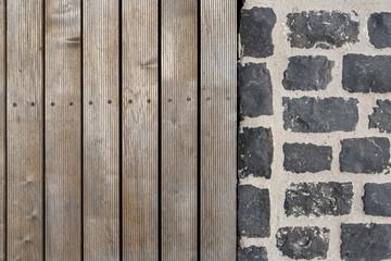 Holzboden Bretter und Pflastersteine