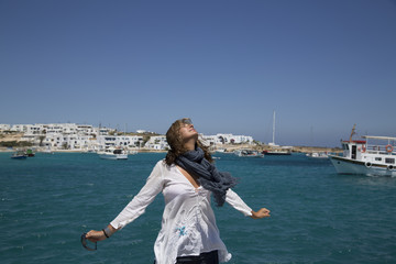 Donna la porto respira l'aria di mare