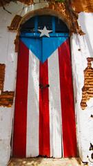 Puerta con la Bandera de Puerto Rico, en el Viejo San Juan.