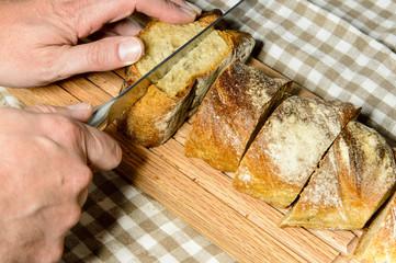 schneiden von Brot auf einem Eichebrett