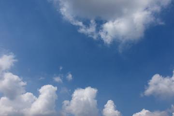 青空と雲「空想・雲のモンスターたち」上を見上げる、出迎える、来訪者、ファミリー、縄張りを守る、居並ぶなどのイメージ
