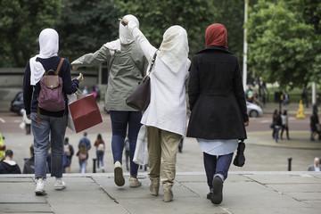 vier junge Frauen mit Kopftuch