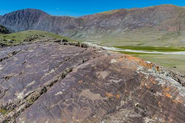 Fels mit Petroglyphen in der Mongolei