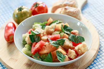 Bunter Tomaten Brot Salat mit Basilikum in weisser Schale