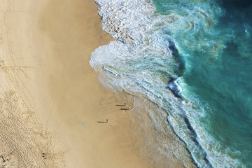 Obraz ariel view on beach with waves and people at Karang Dawa, Manta Bay or Kelingking Beach on Nusa Penida Island, Bali, Indonesia - fototapety do salonu
