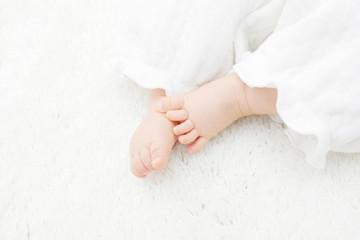 乳児 足元