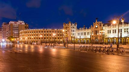 Nachtaufnahme Plaza del Torosw und Nordbahnhof in Valencia