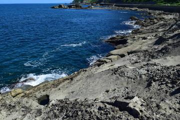 奇岩怪石の磯が続く山形県庄内海岸の岩場