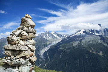 Türaufkleber Reflexion cairn in the foreground and alps range