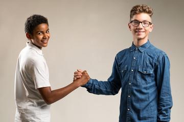 Zwei Jungen geben sich die Hand