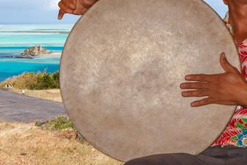 tambour folklore rodriguais sur fond d'îlot Hermitage