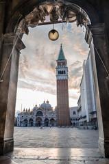 Der leere Markusplatz an einem sonnigen Morgen in Venedig