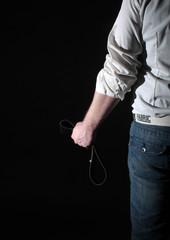 Mann mit Gürtel - Verteidigung oder Angriff