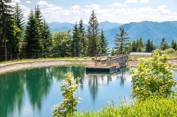 Widok na jezioro z górami w tle.