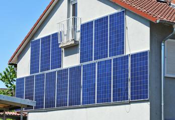 Photovoltaikanlage, vertikal an einer Haus-Fassade montiert